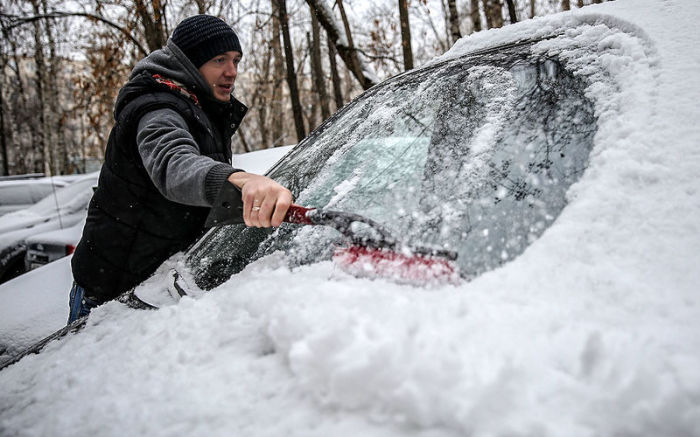 Чтобы облегчить себе утро перед работой, стоит хранить в машине запас пленки с пузырьками. /Фото: politeka.net