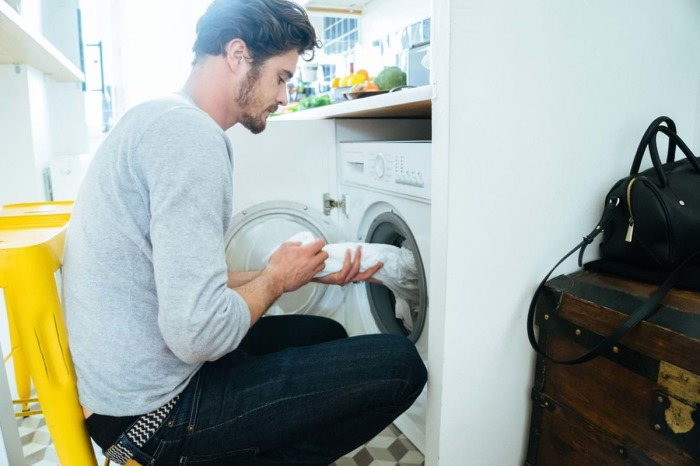 Лучше не оставлять свою одежду в стиральной машине на долгое время. /Фото: zewa.cdn.essity.com
