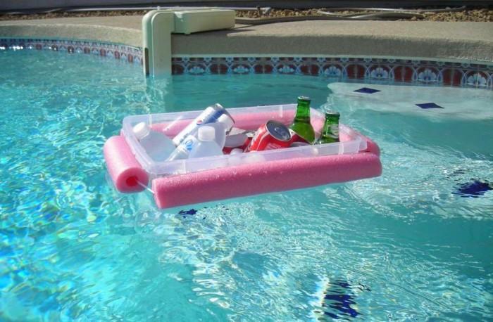 Куски нудлса, обвязанные вокруг контейнера, делают его плавучим «мини-баром». /Фото: elitereaders.com