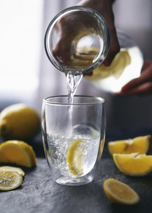 Можно пить воду с лимонным соком и меньше поправляться. /Фото: c12.haberself.com