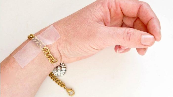 Таким способом можно с легкостью надеть любой браслет. /Фото: i.startsatsixty.com.au