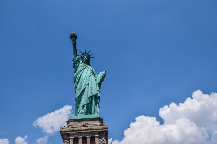 Статуя Свободы – монументальное сооружение. /Фото: camesawloved.com