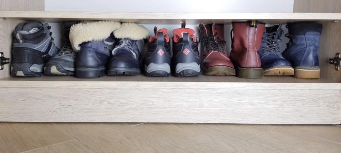 Простой разворот пар носком к пятке позволяет поместить обувь на полке более компактно.