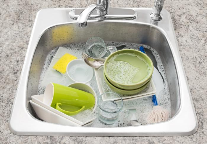 После замачивания посуда отмоется быстрее. /Фото: bepgiadinh.com