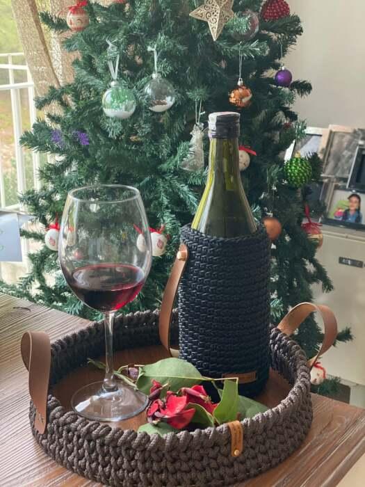 Вязаные бортики подноса и футляр для бутылки придают особый шик сервировке стола. /Фото: i.etsystatic.com