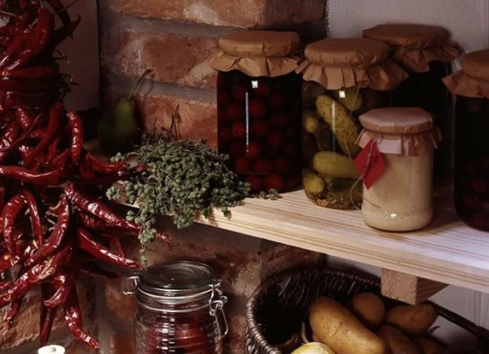 Используйте запасы своих кладовых, и вам не надо будет тратить деньги на покупку новых продуктов. /Фото: avatars.mds.yandex.net