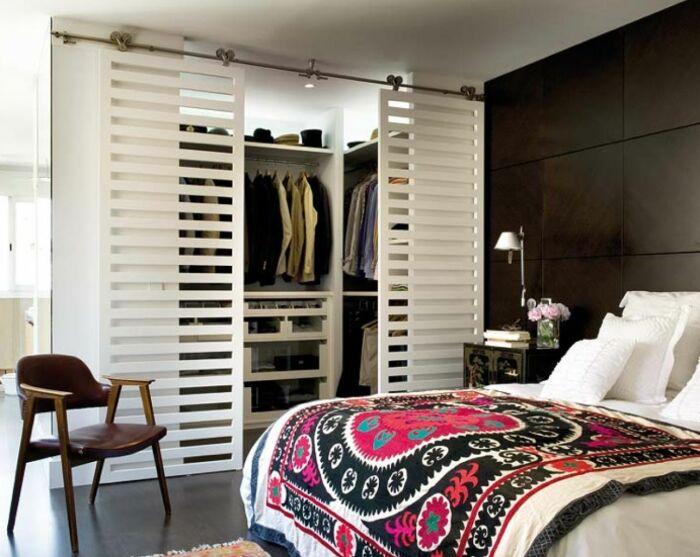 Полускрытая гардеробная, которая становится интересным дополнением интерьера. /Фото: i.pinimg.com