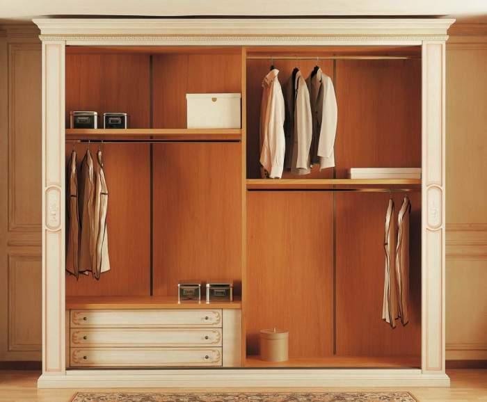Свободное место в шкафу позволит вашим гостям удобно расположить свои вещи и чувствовать себя комфортно. /Фото: vimercatimeda.ru