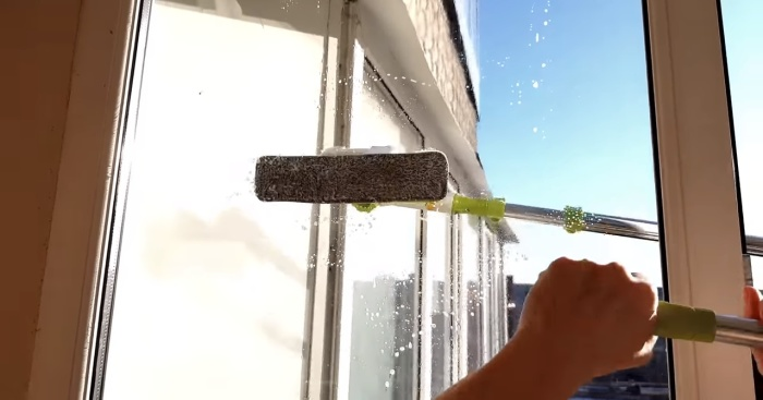 Ручка U-формы поможет помыть окна снаружи без риска для жизни.
