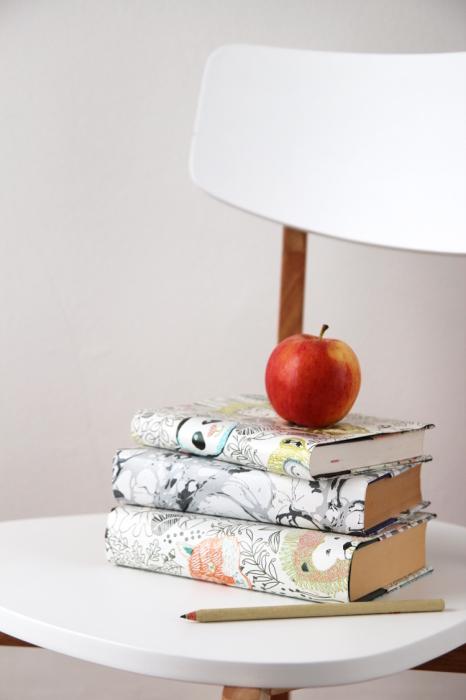 Чтобы сделать обложки для книг, можно использовать то, что под рукой. /Фото: images.squarespace-cdn.com