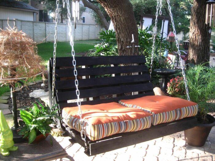 Качели из поддонов — это отличное место отдыха для детей и взрослых. /Фото: i.pinimg.com