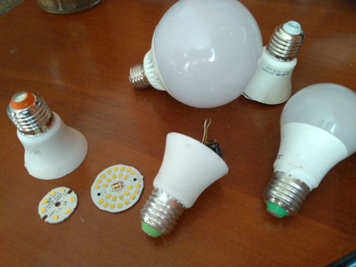 С помощью канцелярского ножа и аккуратности вполне можно разобрать светодиодную лампочку. /Фото: yaustal.com