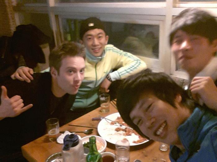Корейцы могут споить даже европейца. | Фото: korcan50years.files.wordpress.com.