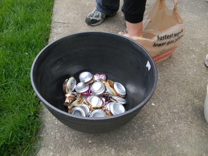 Металлические банки из-под напитков и пластиковые бутылки – прекрасный дренаж для аэрации почвы. /Фото: 1.bp.blogspot.com