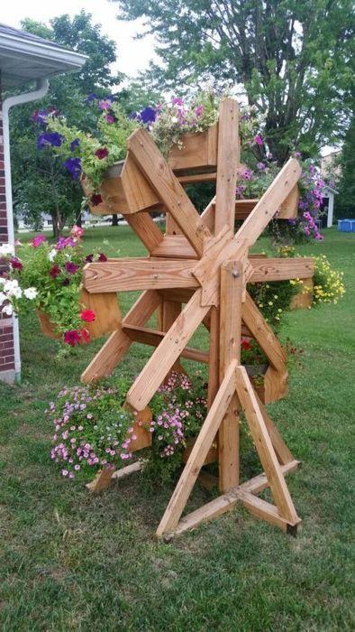 Созданные своими руками деревянные постройки с цветами смотрятся очень эффектно. /Фото: trenduhome.com