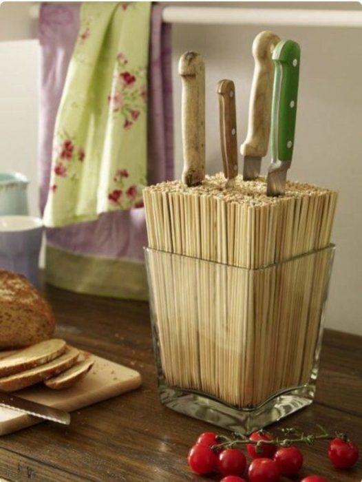 Ножи в бамбуковых палочках. /Фото: domosedy.com