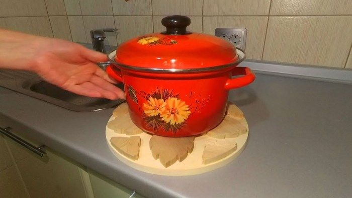 Горячая посуда не должна соприкасаться с поверхность кухонного стола: подставки обязательны. /Фото: i.ytimg.com