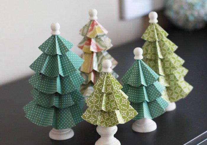 Лучше всего из новогодней бумаги получаются украшения для этого праздника. /Фото: twit.su