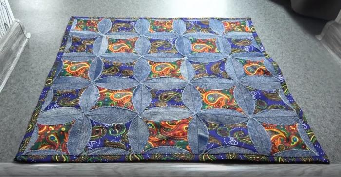 Немного труда и получится эффектный коврик. /фото: youtube.com/watch?v=xOh2cTdklSQ