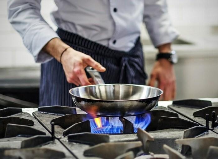 Сильный огонь ускорит выход сковороды «на пенсию». /Фото: i2.wp.com