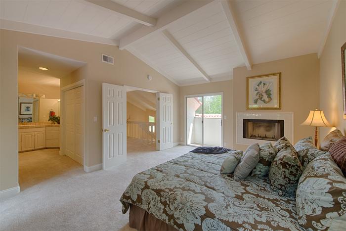 Потолок и балки, окрашенные в белый цвет создают ощущение простора и света.