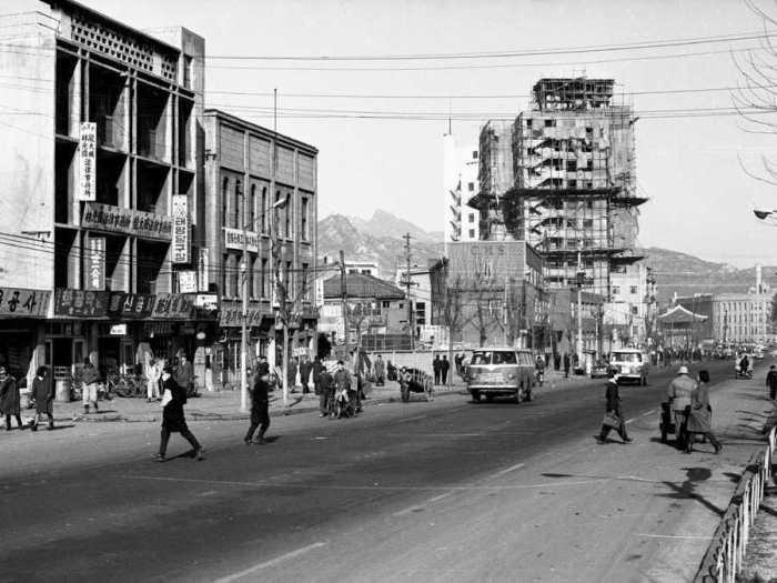 В 1960-е Сеул был не таким впечатляющим, как сейчас. /Фото: i.insider.com