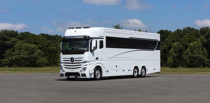Большой и очень просторный внутри автобус для жизни в дороге. /Фото: wallpaperup.com