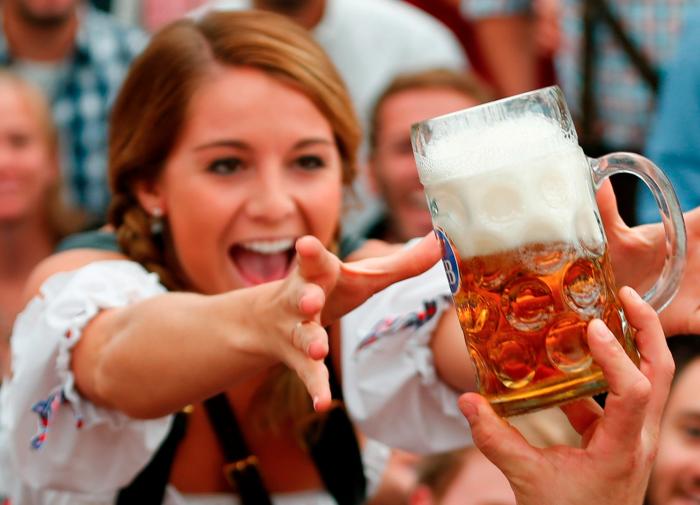 Муж любит пить пиво, а жена использовать хмельной напиток для красоты волос. /Фото: inbus.ua