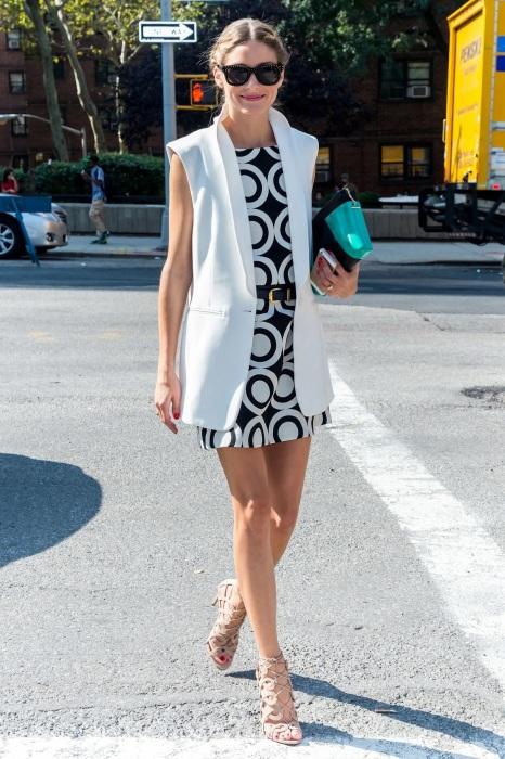 Безупречное сочетание удлиненного жилета и платья мини. /Фото: cdn.cliqueinc.com