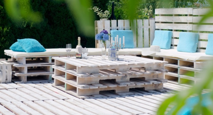 Терраса из поддонов органично дополняется мебелью из паллет. /Фото: build.4-u.info