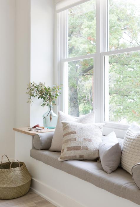 Диванчик и мини-столик – практично и удобно. /Фото: i0.wp.com