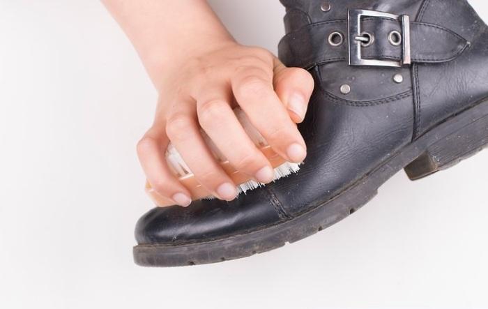 Втерев воск в обувь, вы удалите потертости. /Фото: wikihow.com