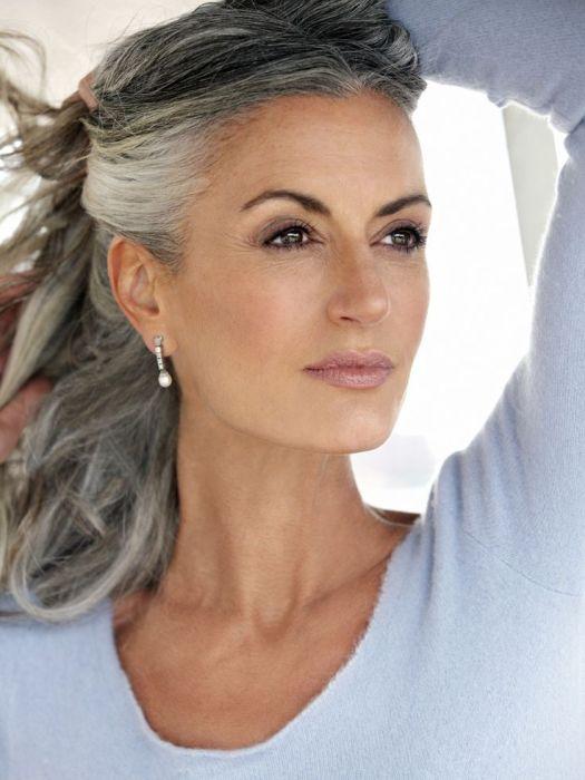 Седые волосы почти всегда прибавляют возраста. /Фото: i.pinimg.com