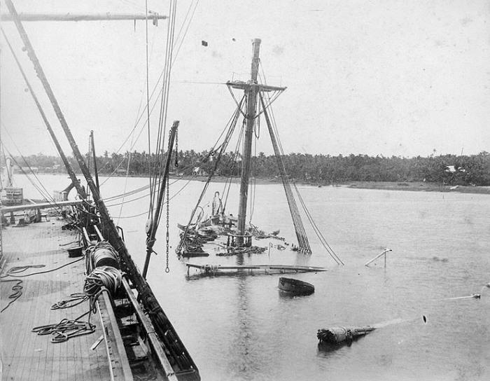 Вид затонувшего USS Vandalia с палубы USS Trenton, март 1889 года. /Фото: invinciblestrangers.files.wordpress.com