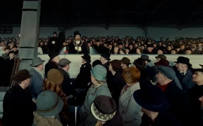 В фильме «Король говорит» для массовки использовались манекены.