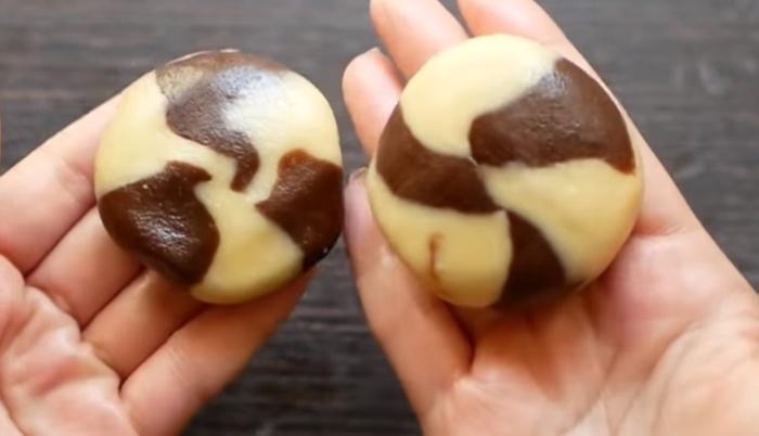 Переход обычного теста в шоколадное создает «мраморный» эффект.