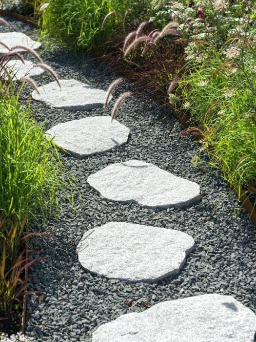 Камень и гравий составляют гармоничную композицию. /Фото: lydiainterior.co