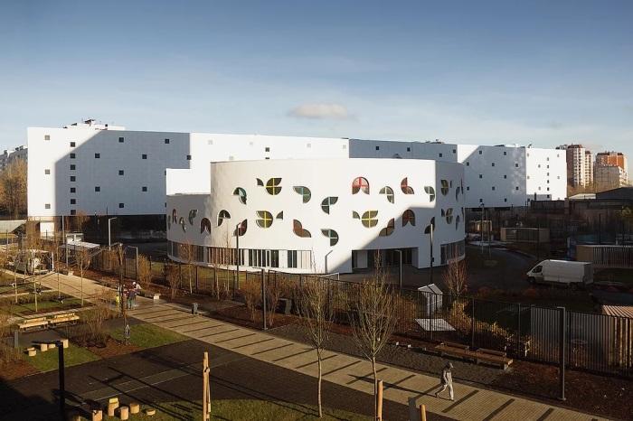 Нестандартные окна добавляют необычности облику здания. /Фото: static.wixstatic.com