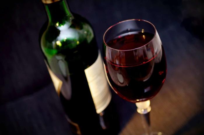 Даже без штопора можно с легкостью открыть бутылку вина на природе. /Фото: media.24matins.fr