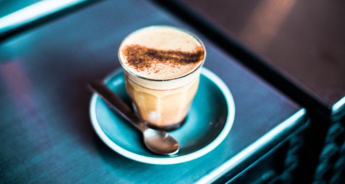 Добиться идеального результата в приготовлении кофе с молоком можно и без кофемашины. /Фото: hotline.ua