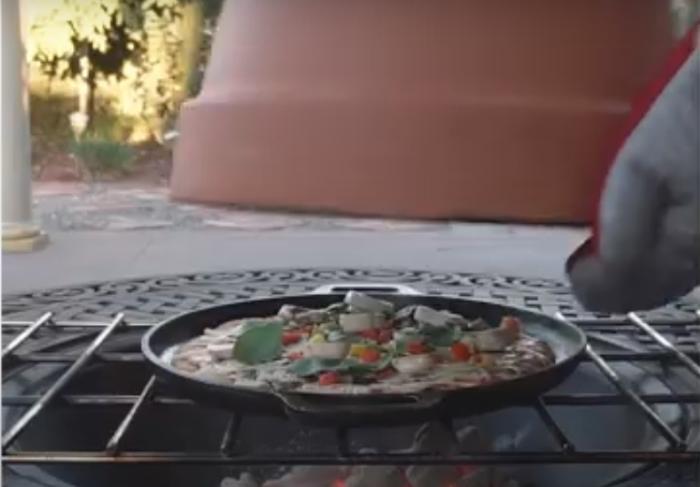 Приготовление пиццы с цветочным горшком. /Фото: youtu.be/vRHQ84CU6QU