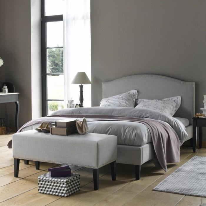 Скамейка в спальне создаст интересный эффект. /Фото: i0.wp.com