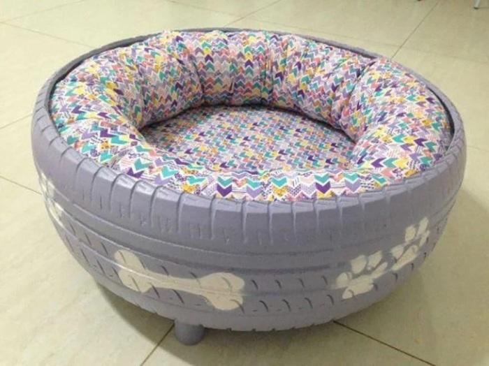 Из шины можно сделать удобное место для отдыха животного. /Фото: recreoviral.com