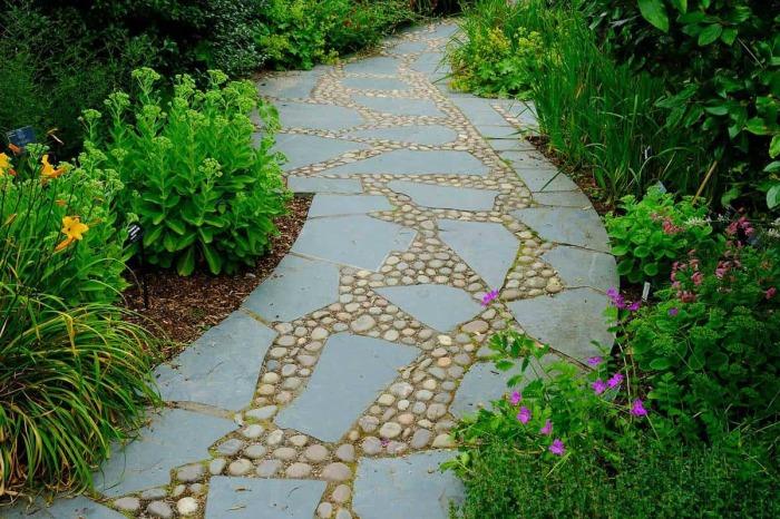 Из округлой гальки и плиток разнокалиберной формы получился оригинальная дорожка. /Фото: gardentabs.com