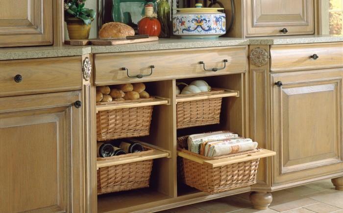 Если добавить корзины или ящики в глубокие шкафы, можно добиться поразительного эффекта. /Фото: miro.medium.com