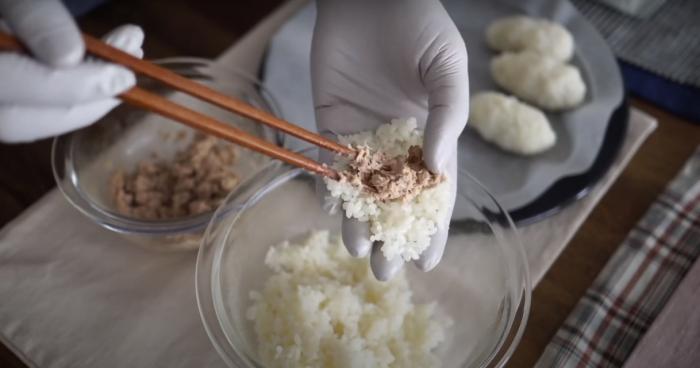 Формируем шарики из риса и тунца. /Фото: youtube.com