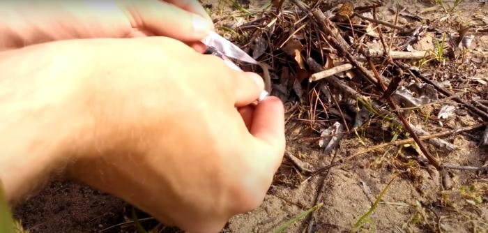 Как зажечь спичку от батарейки: трюк, который может пригодиться дома или в походе