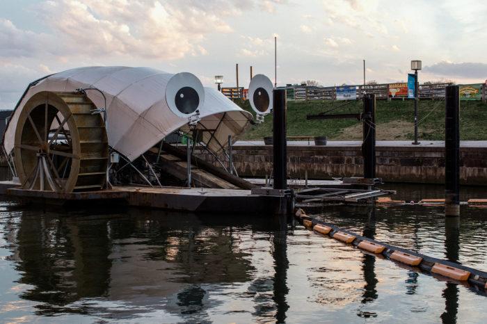 Плавучее судно необычного вида обеспечивает чистоту воды. /Фото: d279m997dpfwgl.cloudfront.net