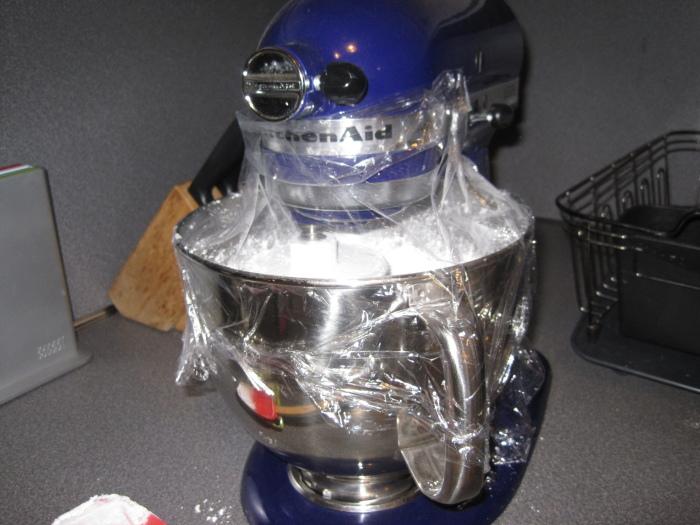 Обертывание чаши миксера предотвратит беспорядок на кухне. /Фото: itsalwayssomeonesbirthday.com