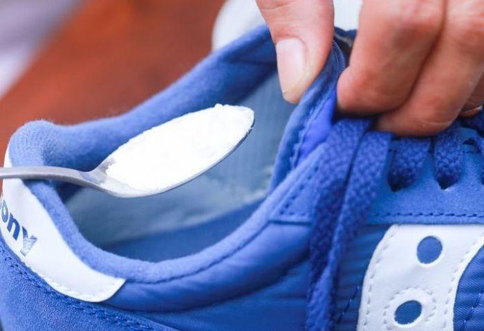Без лишней мороки можно просто засыпать обувь содой. /Фото: cn15.nevsedoma.com.ua